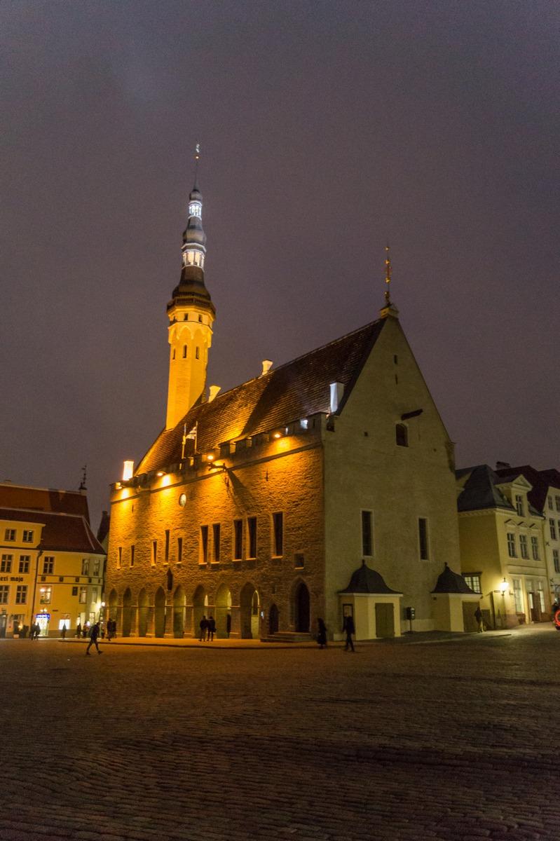Вечерний Таллин. На Ратушной площади. Здание Ратуши.