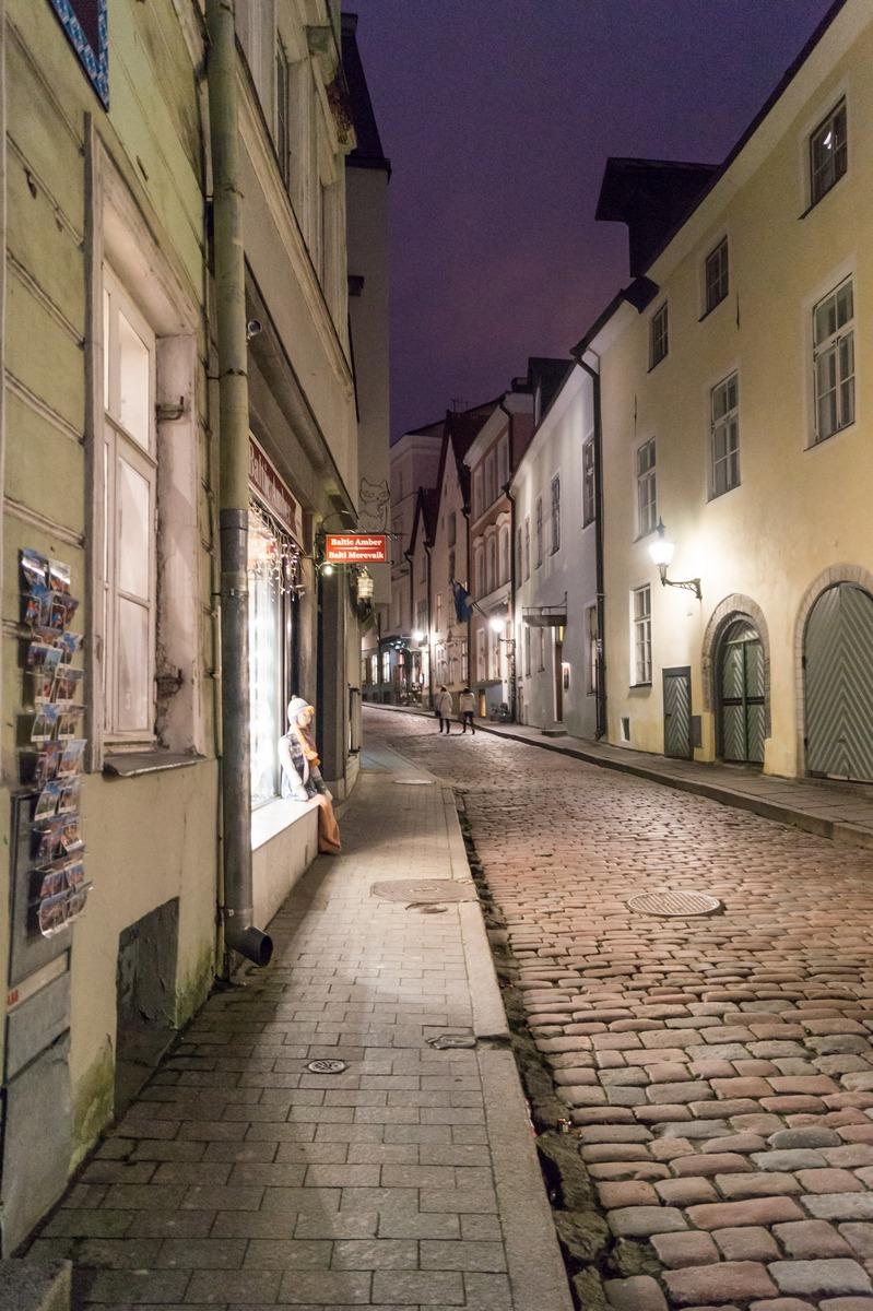 На улице вечернего Старого Таллина.