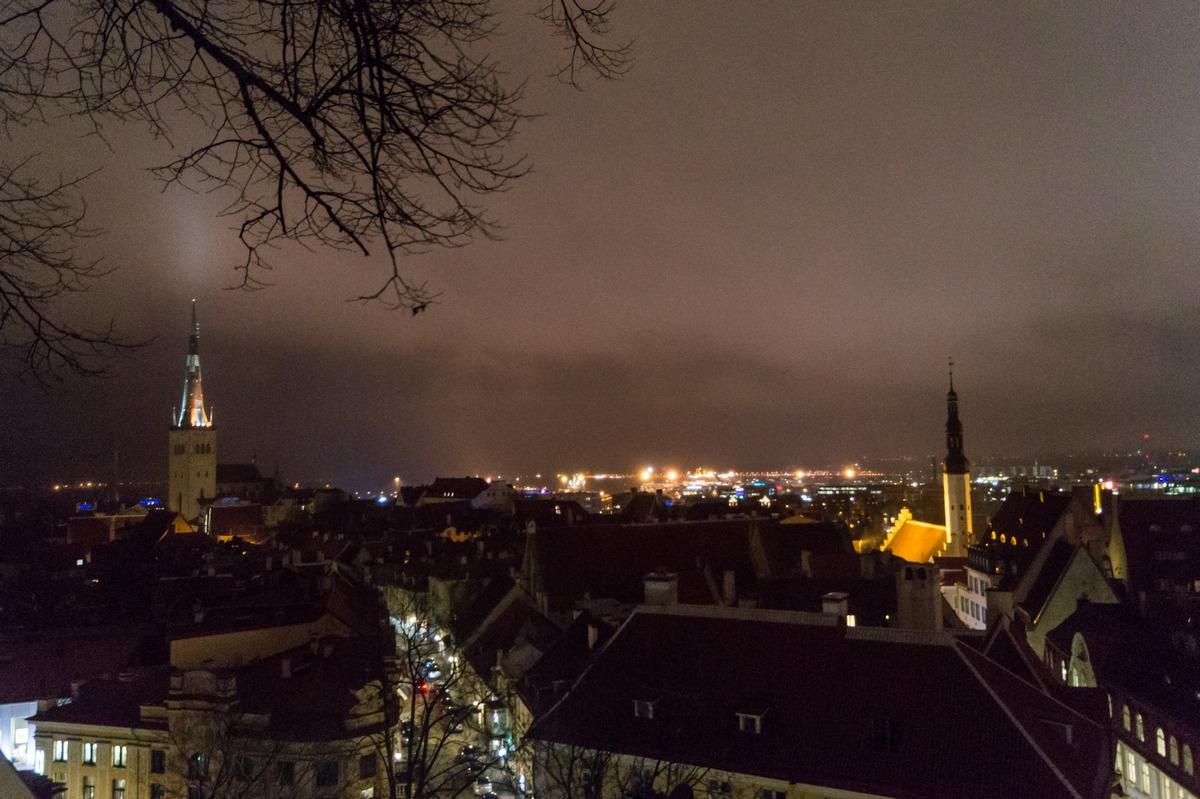 Вечерний Таллин. Огни пора и старые-старые церкви.