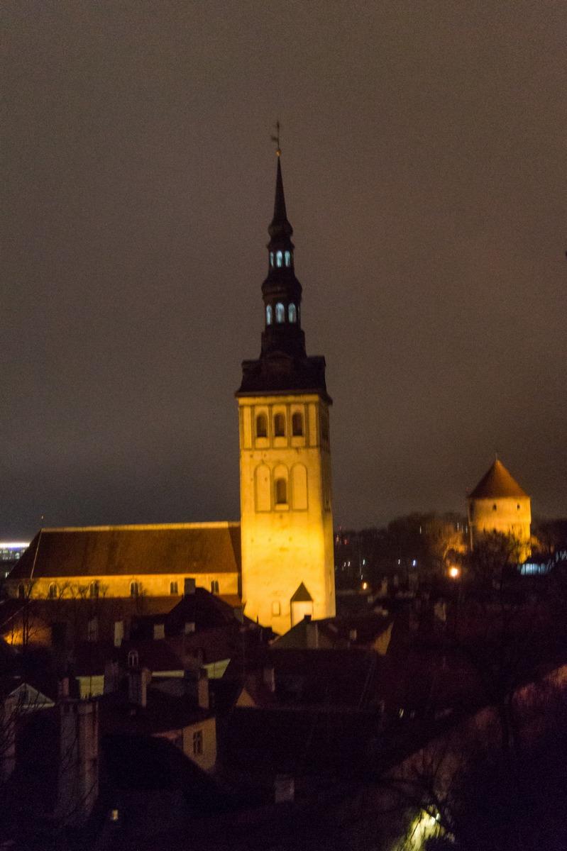 Вечерний Таллин. Вид на церковь Нигулисте и башню Кик-ин-де-Кёк с холма Тоомпеа.