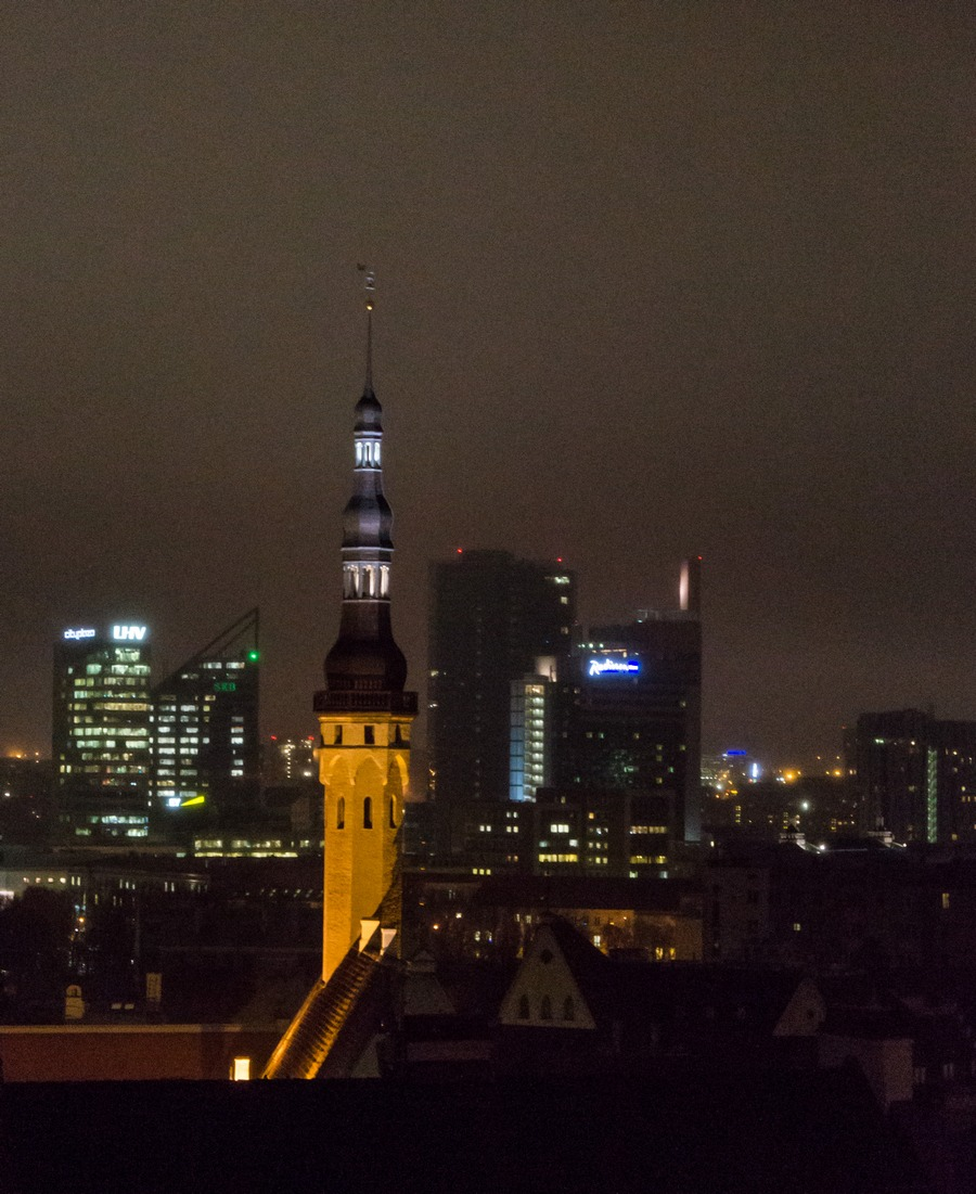 Вечерний Таллин. Церковь Святого Духа и таллинские небоскребы.