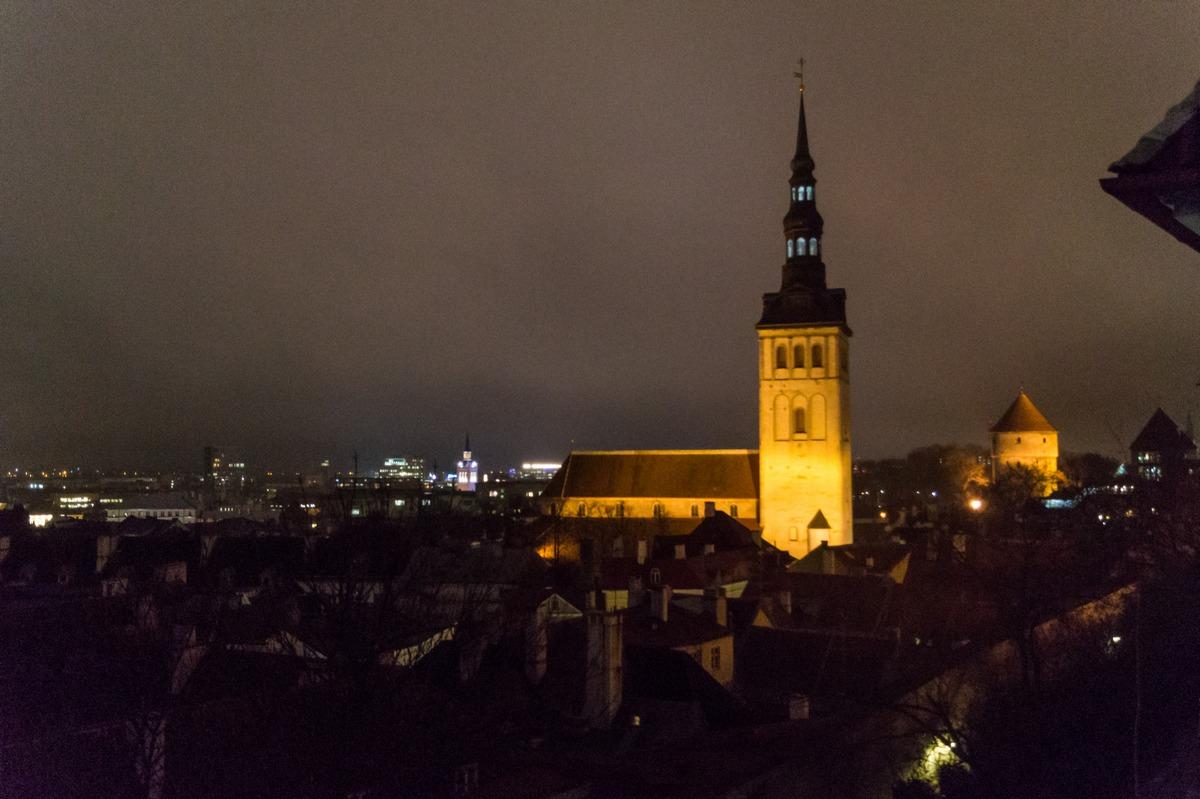 Вечерний Таллин. Крыши Старого города уже в темноте.