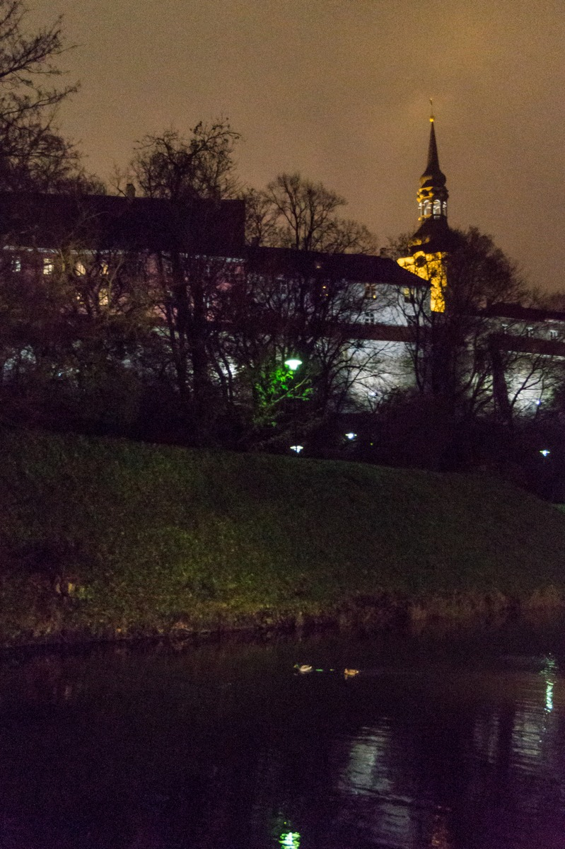 Вечерний Таллин. Вид на Домский собор от пруда Шнелли.