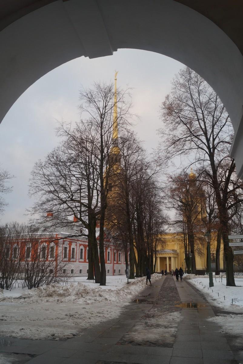 Вид на Петропавловский собор из Невских ворот.