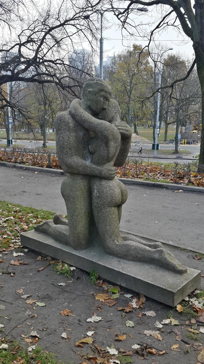 Таллин. Горка поцелуев. Скульптура Миг после поцелуя.