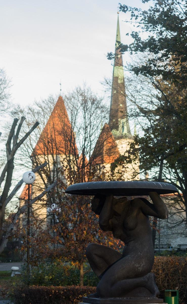 Таллин. Скульптура, изображающая даму с блюдом.
