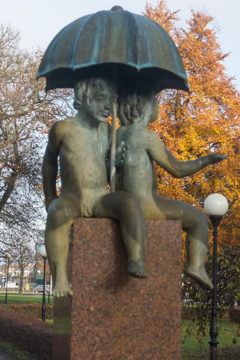 Таллин. Мальчики под зонтом.