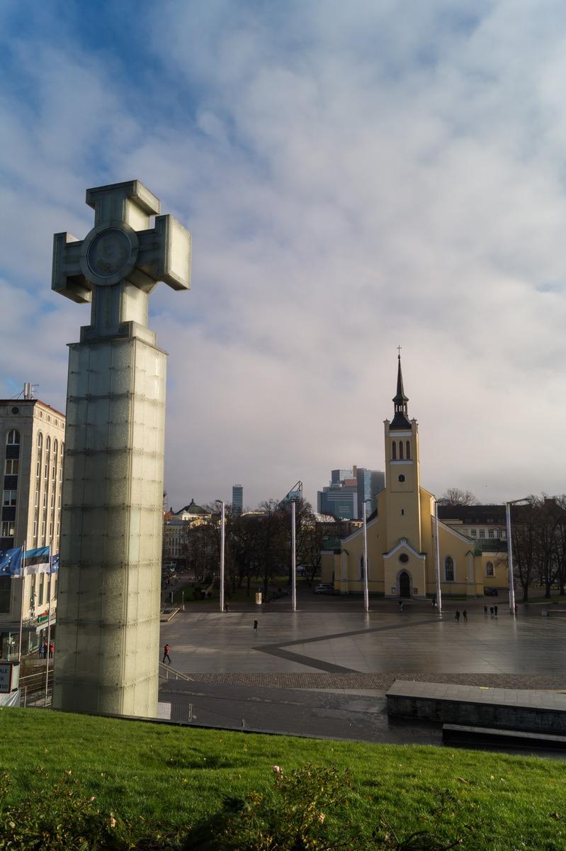 Таллин. Площадь Свободы, монумент и церковь Святого Иоанна.