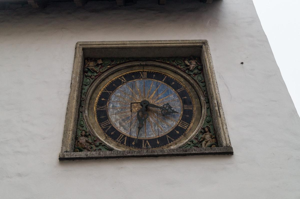 Таллин. У церкви Святого Духа. Старые часы.