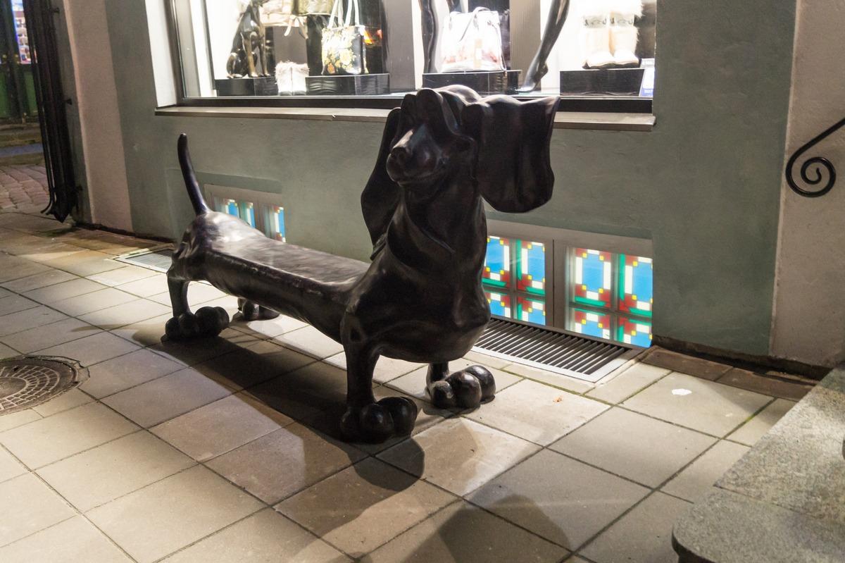 Таллин. Собачка-скамейка.