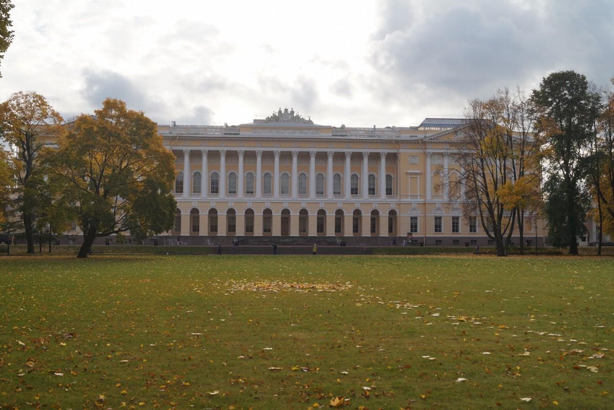 Михайловский сад. Большой луг перед зданием Русского музея.
