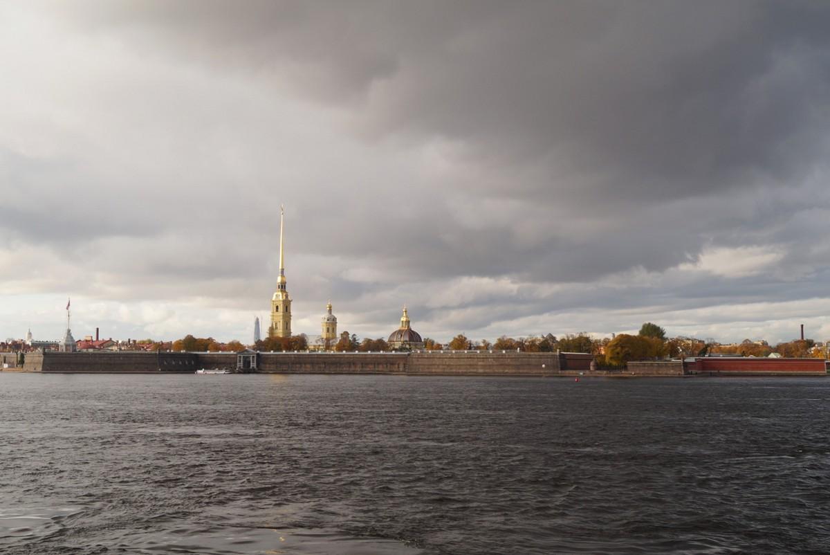 Вид на Петропавловку у Троицкого моста.