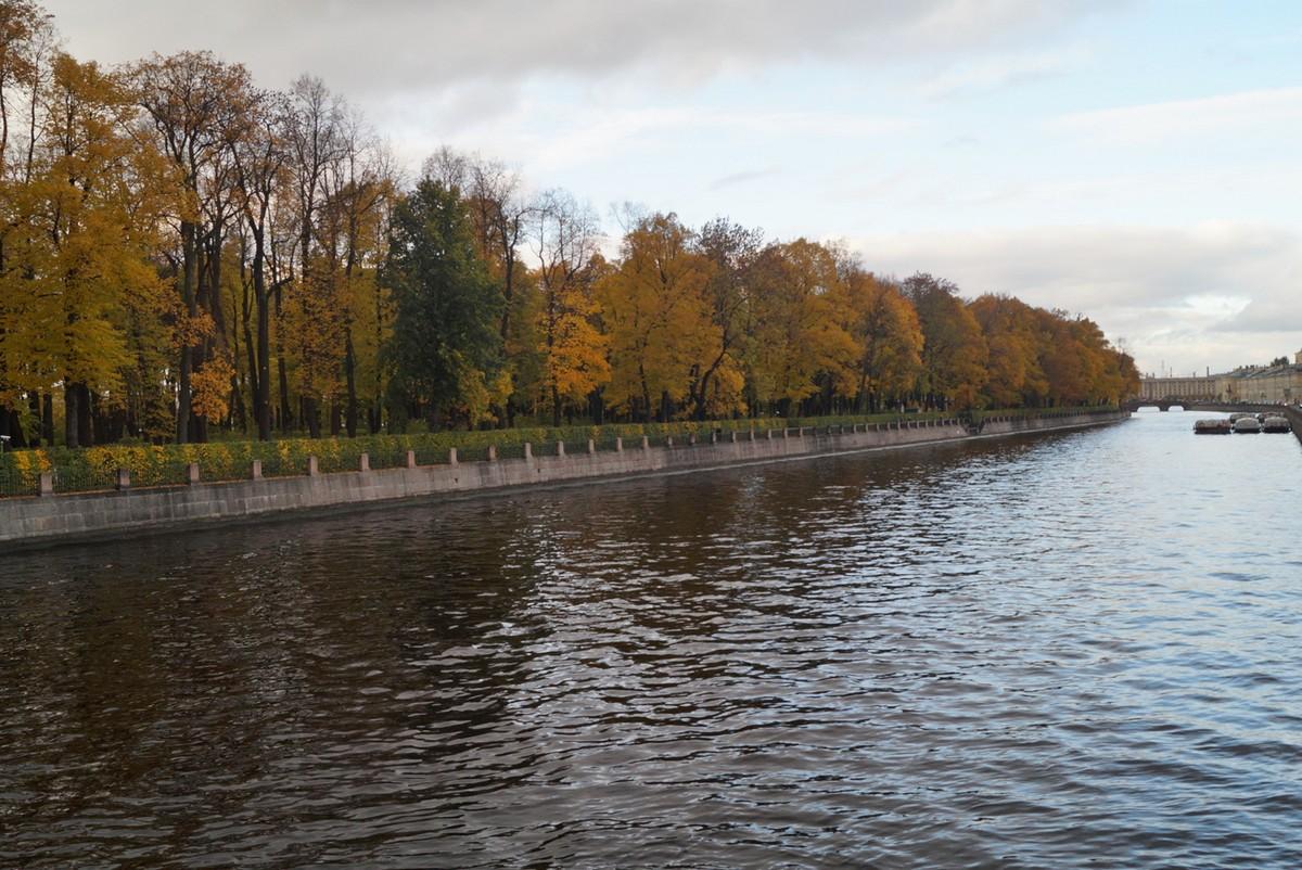 Санкт-Петербург. Вид на Летний сад с Пантелеймоновского моста через Фонтанку.