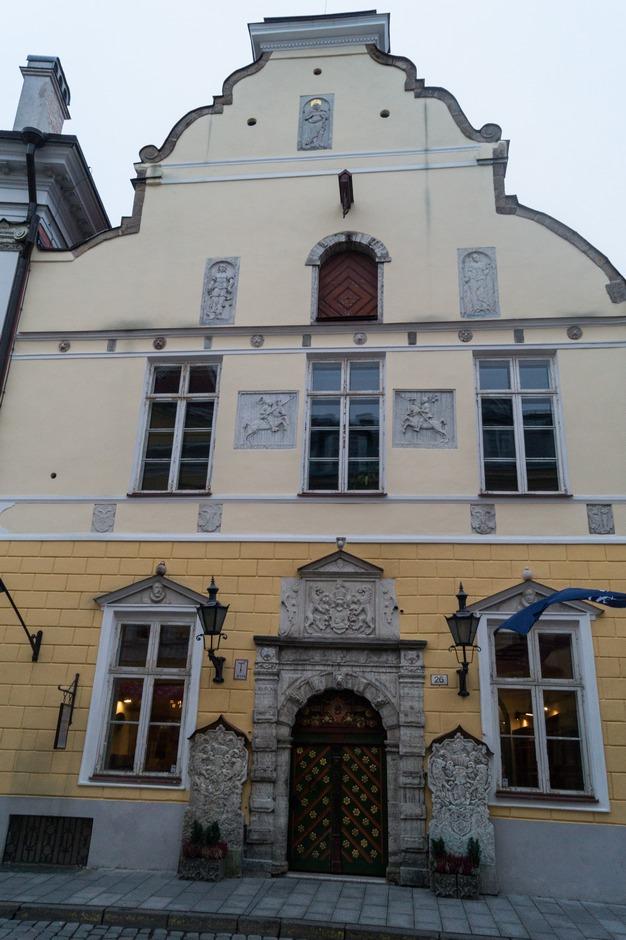 Таллин. Фасад Дома Братства Черноголовых.