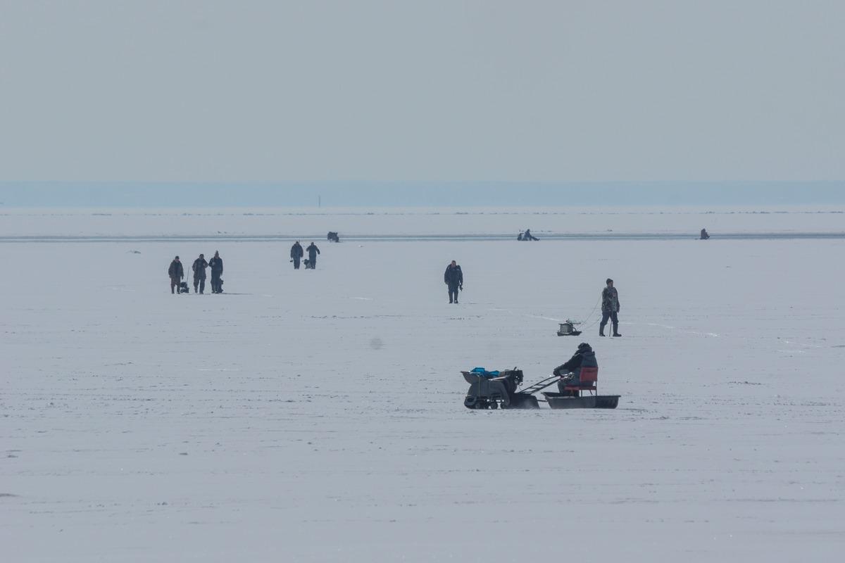 Ольгино. На Финском заливе. Рыбаки. Конец марта.