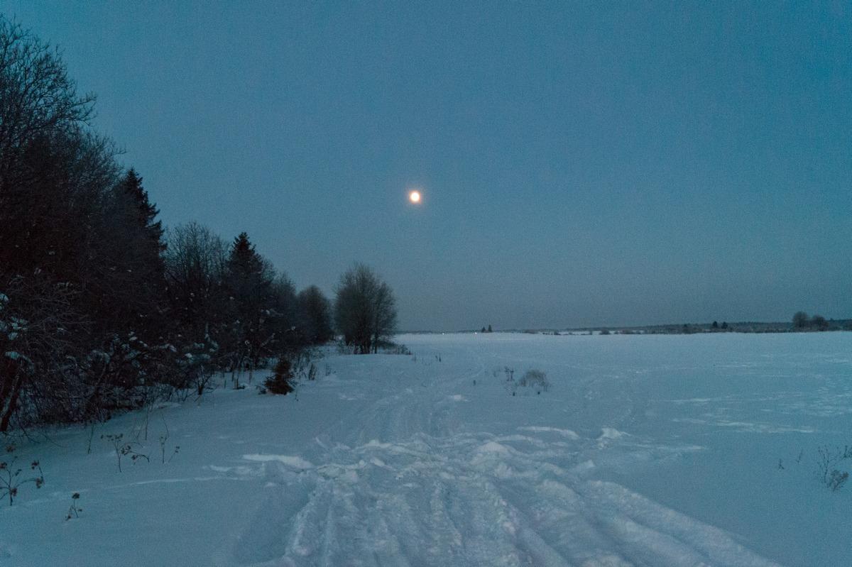 Мартовское утро у Гостилиц. Снег и луна.
