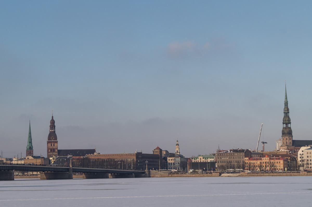 Вид на Старую Ригу с набережной Даугавы.