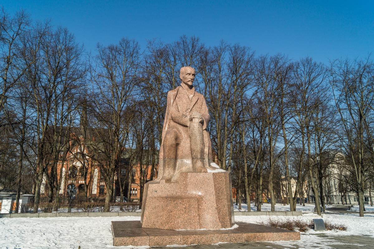 Рига. Памятник Яну Райнису в парке Эспланада.