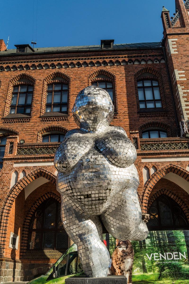 Рига. У Академии художеств. Виллендорфская Венера 21 века.