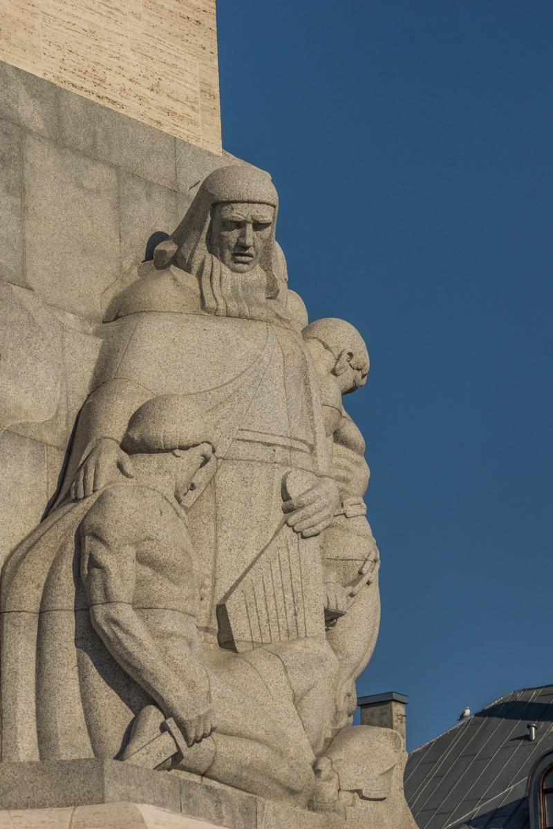 Рига. Памятник Свободы. Скульптуры у основания.