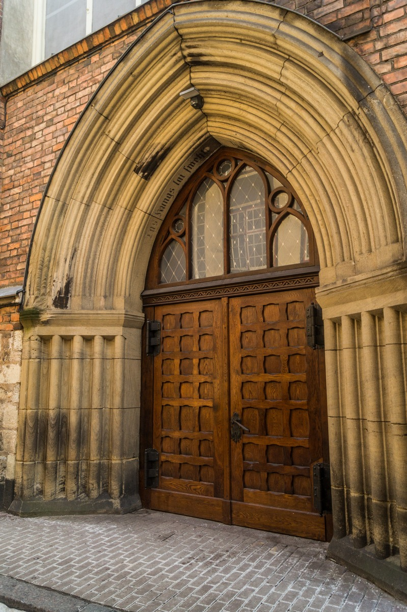 Рига. Церковь Святого Иоанна. Двери в храм.