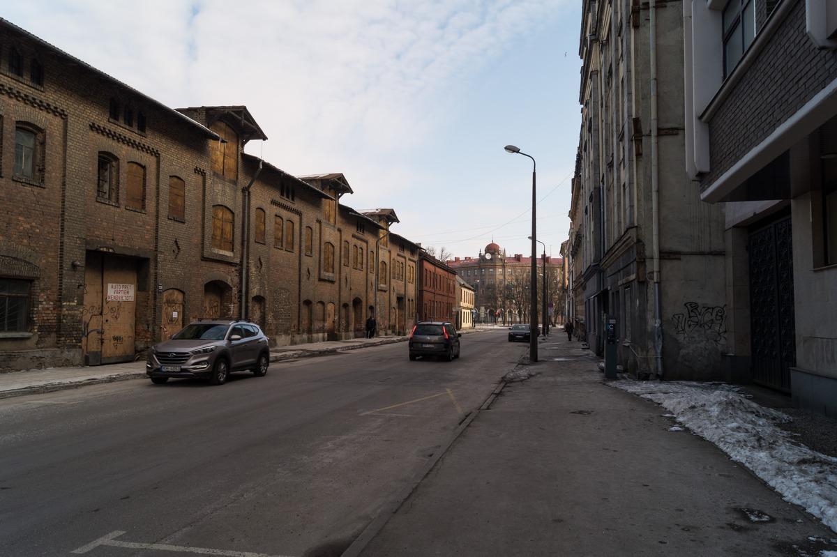 Рига. Купеческий колорит на улице Дзирнаву.