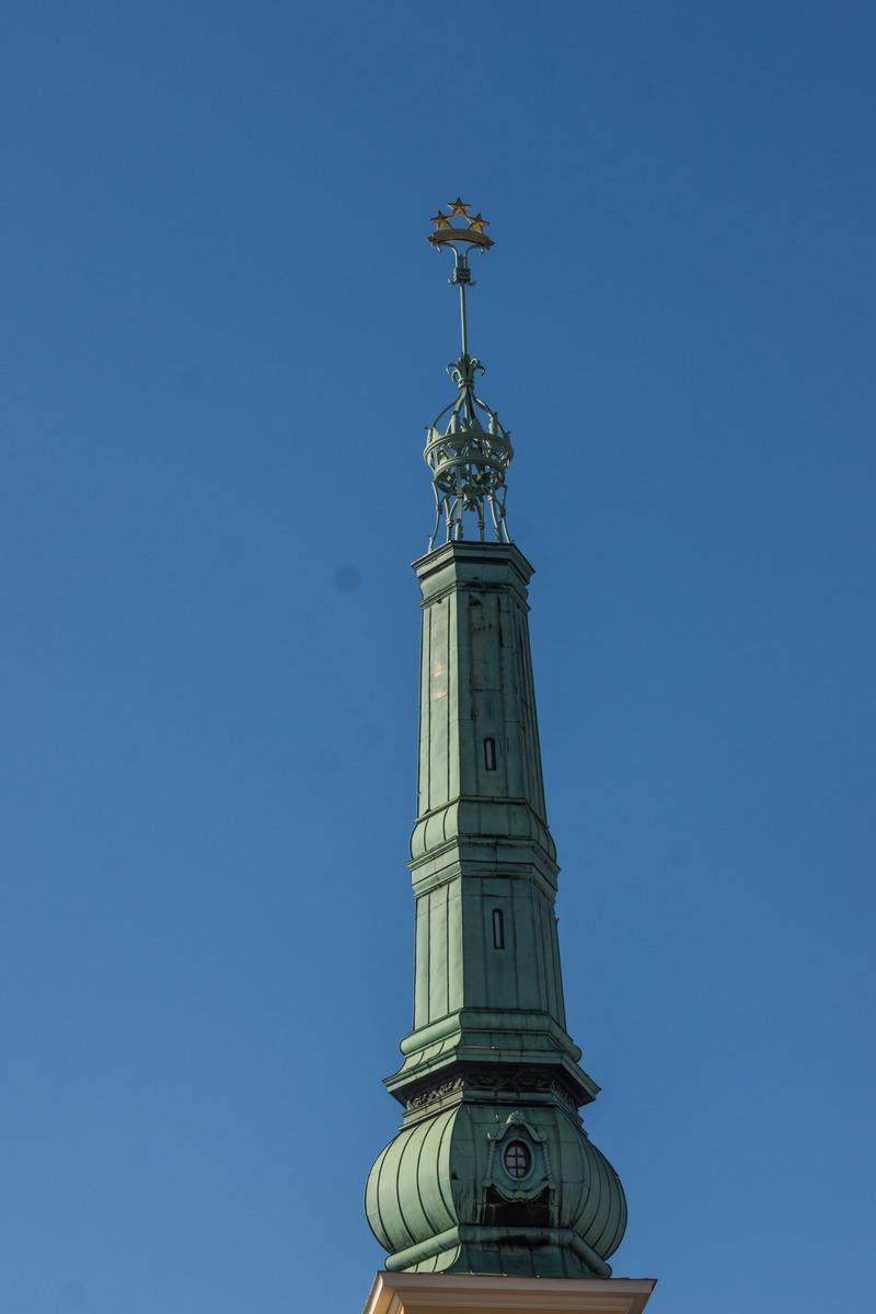 Рига. Башня Рижского замка с тремя звездами на вершине.