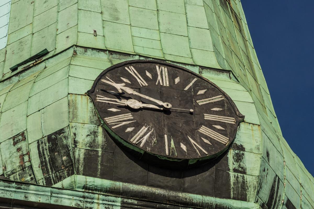 Рига. Часы на шпиле собора Святого Иакова. Неверно показывают время.
