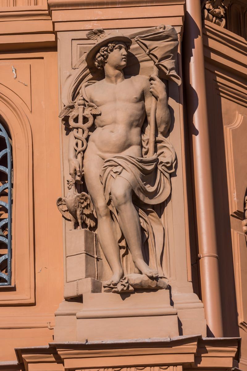Рига. Здание Биржи на Домской площади. Скульптуры античных богов.