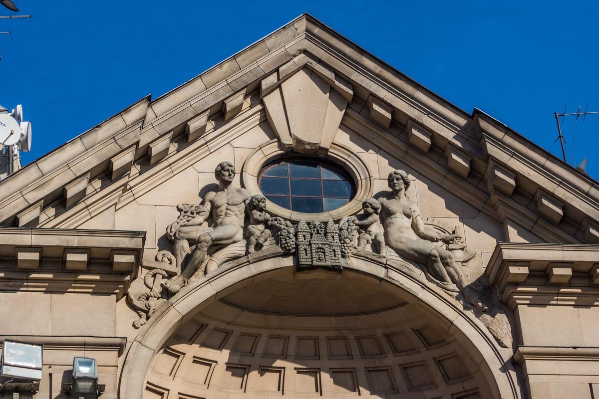Рига. На Домской площади. Здание Латвийского радио. Горельеф на центральном фасаде.
